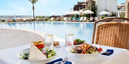 Frokost i a la carte-restauranten ved relax-poolen på Hotel Mythos Beach Resort i Afandou på Rhodos