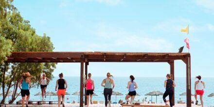 Træning på platformen lige ved havet på Hotel Mythos Beach Resort Afandou på Rhodos