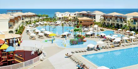 Poolområdet på Hotel Mythos Beach Resort Afandou på Rhodos