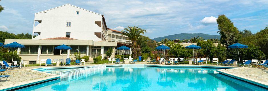 Poolområdet på hotel Livadi Nafsika i Dassia på Korfu.