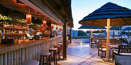 Poolområdet/poolbaren på Hotel Naxos Resort i Naxos by, Grækenland.