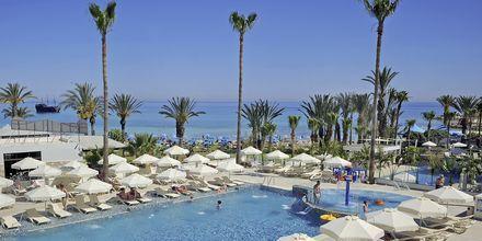 Poolområde på Hotel Nelia Beach i Ayia Napa, Cypern