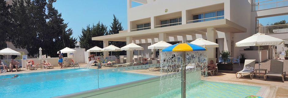 Poolområde på Hotel Nelia Garden, Ayia Napa, Cypern.