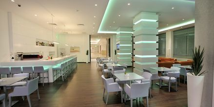 Poolbaren på hotel Nestor i Ayia Napa, Cypern