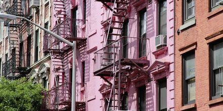 Farverige husfacader i Soho, New York, USA.