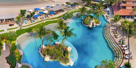Poolområde ud til stranden på Hotel Nikko Bali Benoa Beach i Tanjung Benoa, Bali.