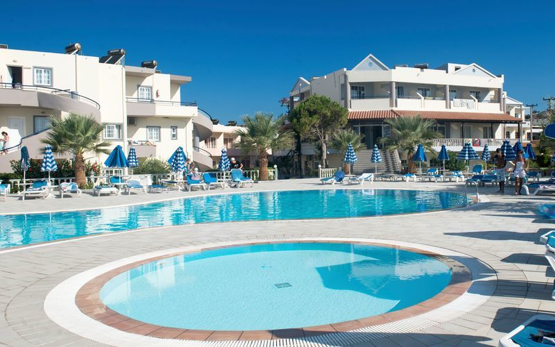 Poolen på Hotel Elvita, som deles med hotel Nicolas på Rhodos, Grækenland.