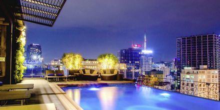 Tagbar og pool på Hotel Northern Saigon, Vietnam.