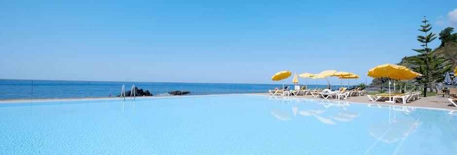 Poolområde på Hotel Orca Praia på Madeira, Portugal.