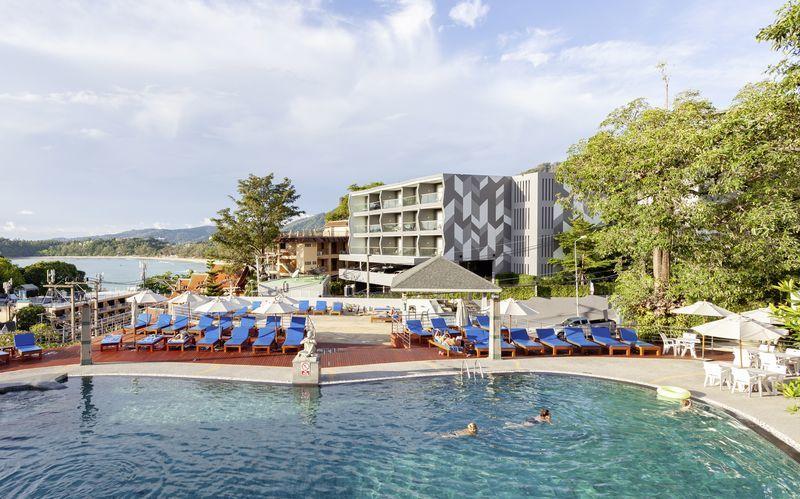 Poolområde på Hotel Orchidacea Resort ved Kata Beach, Phuket, Thailand.