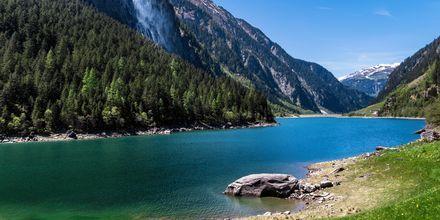 En sø i Tyrol om sommeren, Østrig.