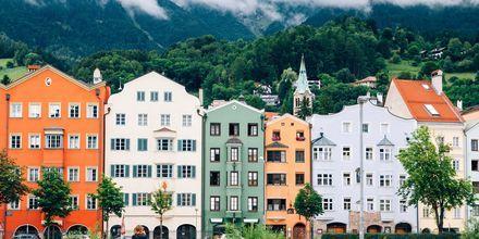 Innsbruck er en malerisk østrigsk by beliggende i en dal mellem bjergene.