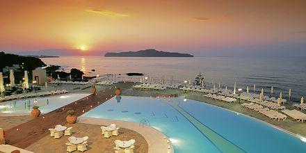 Poolen om aftenen på hotel Panorama på Kreta, Grækenland.