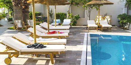 Poolområde på hotel Parasol i Karpathos By, Grækenland.