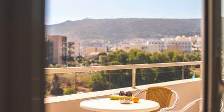 Balkon på hotel Parasol i Karpathos By, Grækenland.