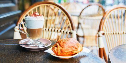 Café au lait og croissant i Paris.