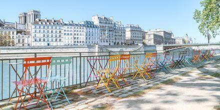 Café ved floden Seine i Paris.