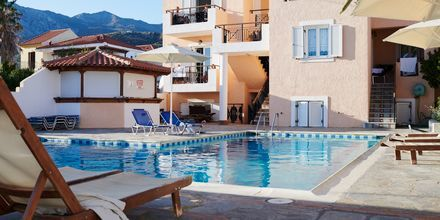 Poolområdet på Hotel Pelagos Beach i Votsalakia på Samos, Grækenland.
