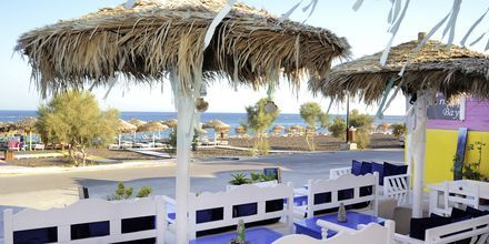 Udeservering ved baren på Hotel Perissa Bay på Santorini.