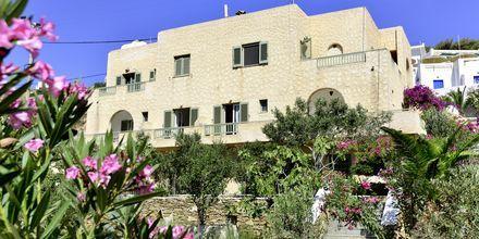 Bygningen med dobbeltværelser på Hotel Petros Place på Ios, Grækenland.