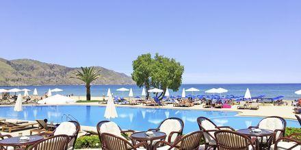 Poolområde på Hotel Pilot Beach på Kreta, Grækenland.