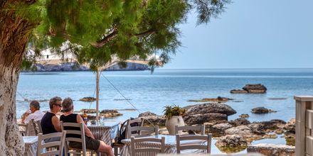 Nyd gode græske retter med udsigt over Middelhavet.