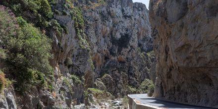 Snoede vej og høje bjerge i Plakias.
