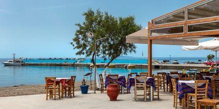 Langs strandpromenaden i Plakias er der flere taverner.
