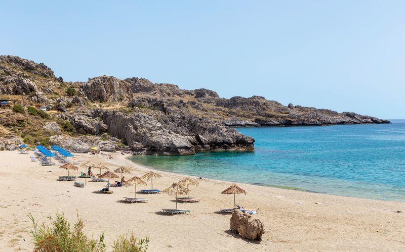 Nyd skønne badeture i det azurblå vand i Plakias på Kreta.