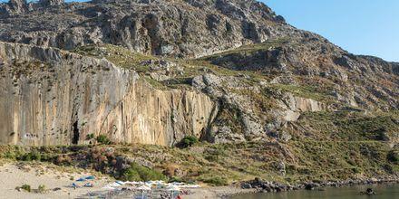 Plakias smukke landskab med stejle bjergvægge og krystalklart vand.