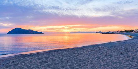Stranden ved Hotel Porto Platanias Beach & Spa på Kreta, Grækenland.