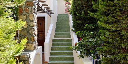 Omgivelserne på Hotel Polydefkis i Kamari på Santorini, Grækenland.