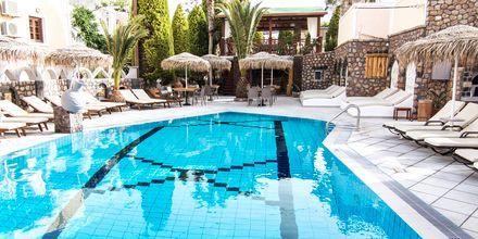 Skønne dage ved poolen på Hotel Polydefkis i Kamari på Santorini, Grækenland.