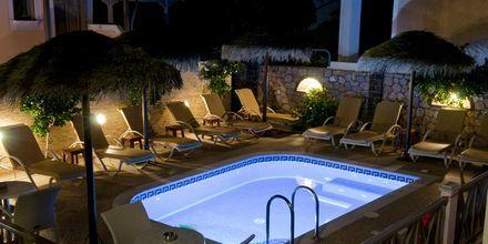 Aftenstid på Hotel Polydefkis i Kamari på Santorini, Grækenland.