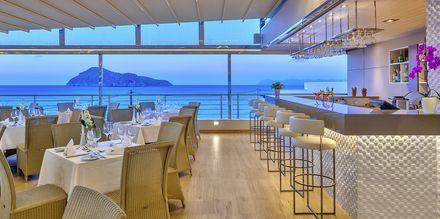 Bar på Hotel Porto Platanias Beach & Spa på Kreta, Grækenland.