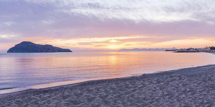 Solnedgang på stranden ved Hotel Porto Platanias Luxury Selection.