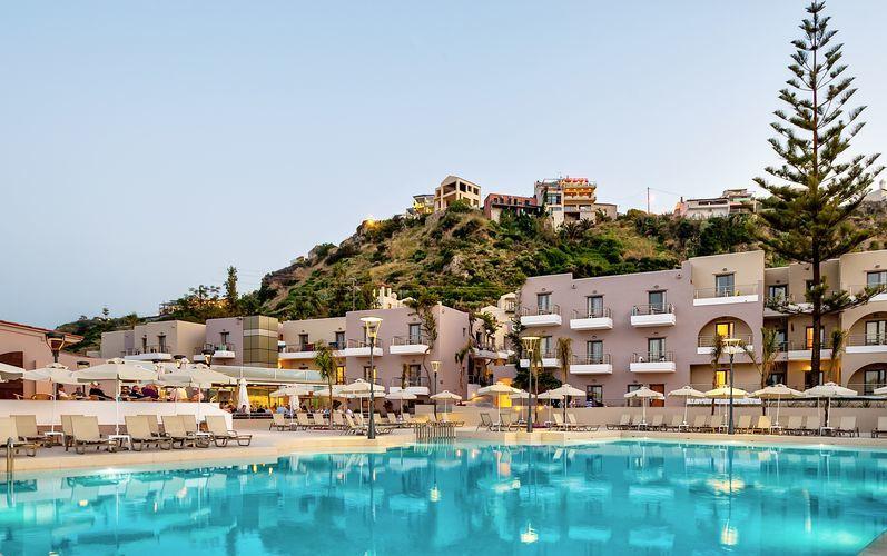 Poolområde på Hotel Porto Platanias Village på Kreta, Grækenland.