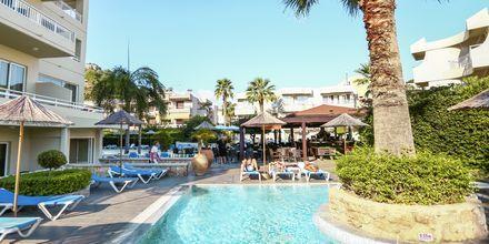 Poolområde på Hotel Poseidonia i Ixia på Rhodos, Grækenland.