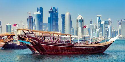 Doha er en moderne by, men stadig fyldt med arabiske aner. Dette er træbåden Dhow.