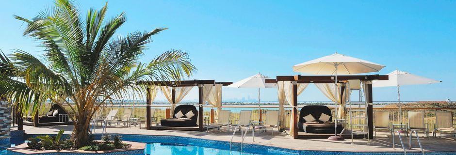 Poolområde på Hotel Radisson Blu Abu Dhabi Yas Island i Abu Dhabi.