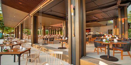 Hovedrestauranten Sassi's Beach Club på Hotel Ramada Resort Khao Lak, Thailand.
