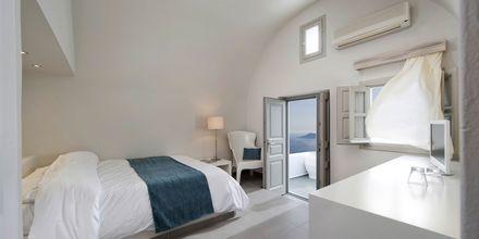 Superior-værelse på hotel Regina Mare på Santorini, Grækenland.