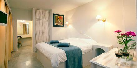 Deluxe-værelse på Hotel Regina Mare på Santorini, Grækenland.