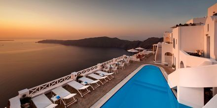 Poolområde på Hotel Regina Mare på Santorini, Grækenland.