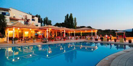 Poolområdet/kinesisk restaurant på Hotel Rethymno Mare Resort på Kreta, Grækenland.