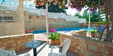 Poolen ved familie-værelser på Hotel Rethymno Mare Resort på Kreta, Grækenland.