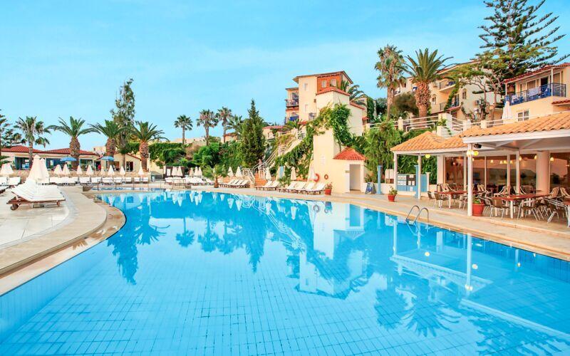Poolområdet på Hotel Rethymno Mare Resort på Kreta, Grækenland.