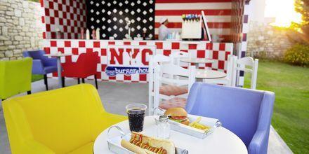Snackbaren NYC Burger på Hotel Rethymno Residence ved Rethymnon Kyst på Kreta, Grækenland.