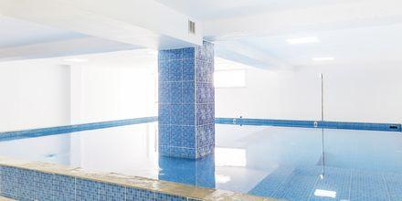 Indendørs pool på Hotel Rethymno Residence ved Rethymnon Kyst på Kreta, Grækenland.