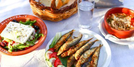 En af aftenerne byder på græsk aften med lokal mad og underholdning.